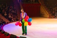 在冰的莫斯科马戏在游览中 有气球的小丑在竞技场 免版税库存图片