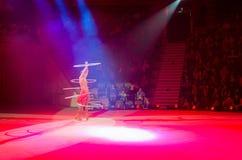 在冰的莫斯科马戏在游览中 马戏团的女演员提出与hula箍的彩票赌博 库存图片