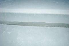 在冰的裂缝 免版税库存照片