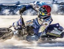 在冰的赛车场 在全开风门通过雪 免版税库存图片
