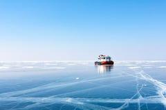 在冰的运输 在贝加尔湖的冰 气垫船 免版税库存照片