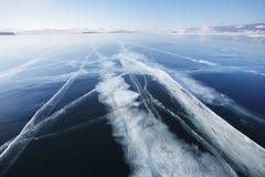 在冰的镇压 贝加尔湖湖 33c 1月横向俄国温度ural冬天 库存图片