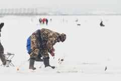 在冰的Fishermans 在冰的Mans渔在芬兰的海湾在Kronshtadt,圣彼得堡,俄罗斯, 2018年2月03日附近 免版税库存照片