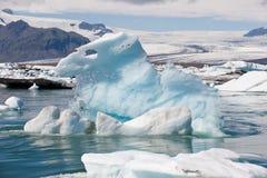 在冰盐水湖Jokulsarlon,冰岛的浮动冰山 免版税库存图片