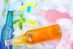 在冰盒的变冷的五颜六色的饮料 夏天党 库存图片
