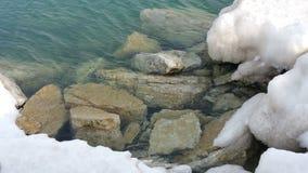 在冰盖的大石头 库存照片