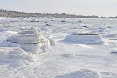 在冰盖的石头在海洋在瑞典 免版税库存图片