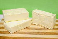 在冰砖的黄油在一块砧板 免版税库存图片