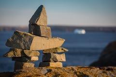 在冰砾的Inukshuk标志在Newfounland和拉布拉多 免版税库存图片
