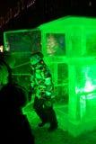在冰箱冰前面的男孩雕塑 免版税图库摄影