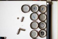 在冰箱和磁铁的瓶盖 库存图片