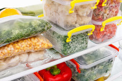 在冰箱的冷冻食品 在冷冻机架子的菜 免版税库存图片