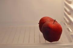 在冰箱的苹果计算机 免版税库存照片