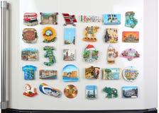 在冰箱的许多磁铁 免版税库存图片