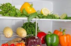 在冰箱里面的不同的菜 图库摄影