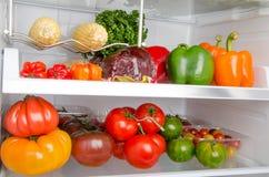 在冰箱里面的不同的菜 免版税库存图片