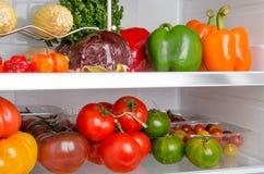 在冰箱里面的不同的菜 库存图片