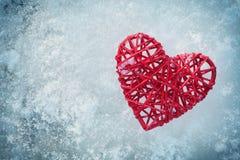 在冰背景的红色心脏在一个冬日从上面 免版税图库摄影