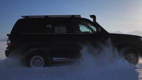 在冰路的汽车驱动在湖 影视素材