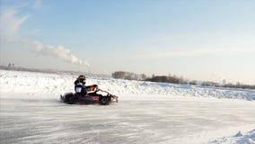 在冰轨道的冬天karting的竞争 夹子 行动在冬天去kart种族 免版税库存照片