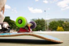 在冰鞋公园的冰鞋滑板 免版税库存图片