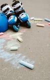 在冰鞋的被定调子的垂直的baner路辗轴向冰鞋在与colorfull蜡笔的灰色都市背景停放 免版税图库摄影