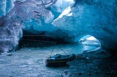 在冰洞里面的小船 库存照片