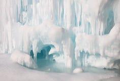 在冰洞里面的冻湖 库存照片