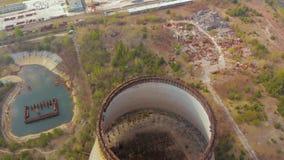 在冷却塔的飞行在切尔诺贝利NPP附近 股票录像
