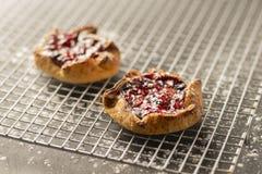 在冷却的机架的莓果馅饼 库存照片