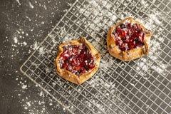 在冷却的机架的莓果馅饼 库存图片