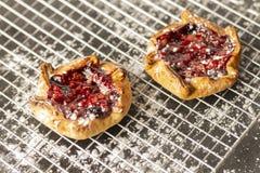 在冷却的机架的莓果馅饼 免版税库存照片