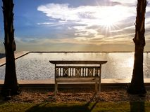 在冷嘲的椅子在水池旁边 免版税库存照片