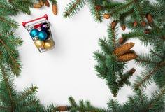 在冷杉框架的圣诞节装饰分支 免版税库存照片