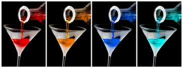 在冷淡的马蒂尼鸡尾酒玻璃的五颜六色的鸡尾酒 图库摄影