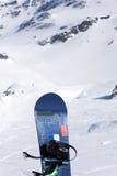 在冷漠的山的雪板 库存照片