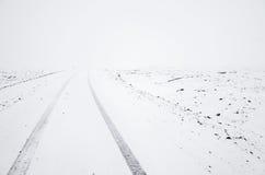 在冷的冬天季节的空的雪道 免版税库存图片
