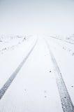 在冷的冬天季节的空的雪道 库存图片