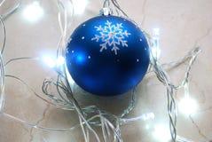 在冷的口气的诗歌选围拢的蓝色圣诞节装饰品 免版税库存照片