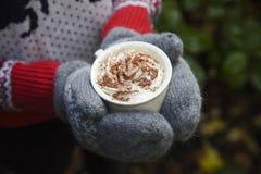 在冷的外部的热巧克力 库存照片