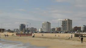 在冷的季节期间的海滩 股票视频