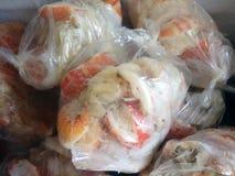 在冷冻机的新近地煮熟的龙虾。 免版税库存图片