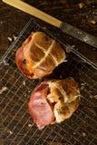 在冷却的机架的两有十字架形的圆形圣糕由一把生锈的刀子 库存照片