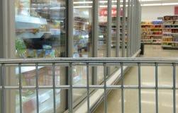 在冷冻食品走道的购物车 库存图片