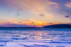 在冻日内瓦湖的日落 库存图片