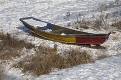 在冻松花江的划艇 免版税库存图片