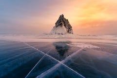 在冻水湖的山岩石有日落口气的 库存图片