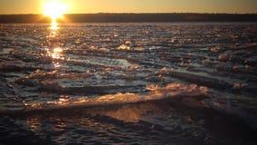 在冻水的红色雪的日落,样式和冰 T 股票视频
