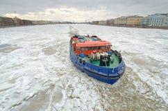 在冻河的破冰船 免版税库存照片