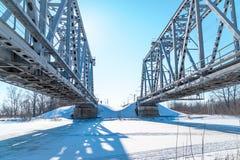 在冻河的铁路桥 免版税图库摄影